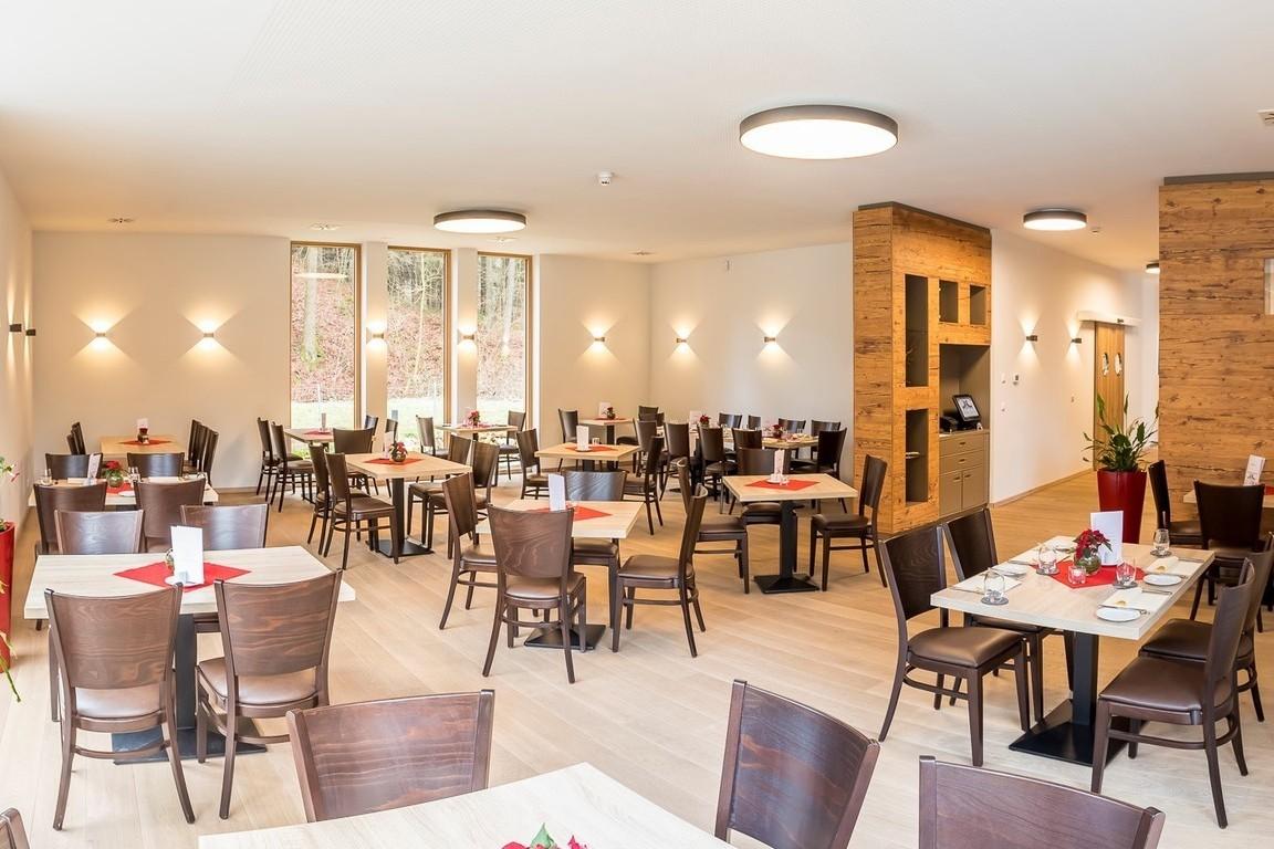 Das Restaurant Teufelstal, mit Blick auf das Wasserrad und in die Natur.